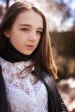 Adolescente bonito que mira derecho a la cámara Fotografía de archivo