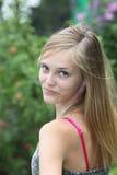 Adolescente bonito que mira detrás sobre su hombro Imágenes de archivo libres de regalías