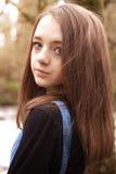 Adolescente bonito que mira sobre hombro Fotos de archivo libres de regalías