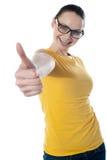 Adolescente bonito que muestra thumbs-up Imagen de archivo libre de regalías