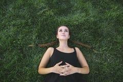 Adolescente bonito que olha acima na grama Fotos de Stock Royalty Free