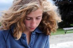 Adolescente bonito que parece pensativo Imagenes de archivo