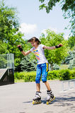 Adolescente bonito que patina en un parque del patín Foto de archivo libre de regalías