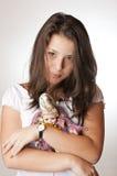 Adolescente bonito que prende uma boneca em seus braços Foto de Stock
