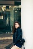 Adolescente bonito que presenta en la calle Foto de archivo libre de regalías