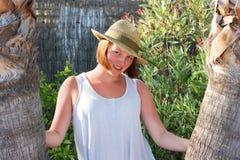 Adolescente bonito que presenta entre dos palmeras Fotos de archivo libres de regalías