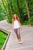 Adolescente bonito que recorre en un parque Imagenes de archivo