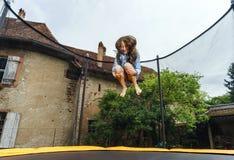 Adolescente bonito que salta no trampolim Fotografia de Stock Royalty Free