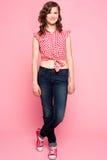 Adolescente bonito que se coloca con las piernas cruzadas Fotografía de archivo libre de regalías