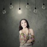 Adolescente bonito que se coloca debajo de la lámpara Fotos de archivo libres de regalías