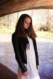Adolescente bonito que se coloca debajo de un puente Foto de archivo