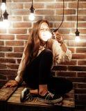 Adolescente bonito que se divierte en estudio moderno elegante del desván, concepto de la gente de la forma de vida Fotos de archivo