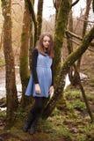 Adolescente bonito que se inclina contra un árbol Foto de archivo
