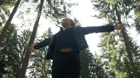 Adolescente bonito que se relaja en el bosque de madera que admira la belleza y la pureza de la naturaleza que gozan que camina l metrajes
