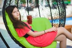 Adolescente bonito que se relaja en un ocioso al aire libre Foto de archivo libre de regalías