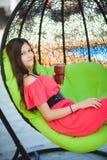 Adolescente bonito que se relaja en un ocioso al aire libre Fotografía de archivo