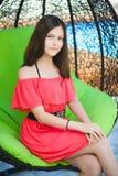 Adolescente bonito que se relaja en un ocioso al aire libre Imagen de archivo libre de regalías