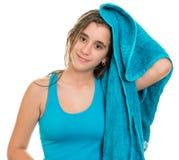 Adolescente bonito que se seca el pelo mojado con una toalla Foto de archivo libre de regalías