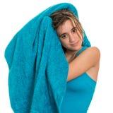 Adolescente bonito que se seca el pelo mojado con una toalla Fotos de archivo libres de regalías