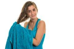 Adolescente bonito que se seca el pelo mojado con una toalla Fotografía de archivo libre de regalías