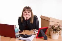 Adolescente bonito que se sienta en el escritorio de oficina Fotografía de archivo libre de regalías