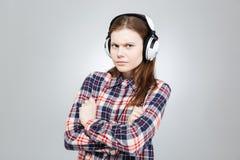 Adolescente bonito serio que escucha la música en auriculares Fotos de archivo libres de regalías