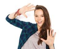 Adolescente bonito sonriente feliz que muestra las manos Imagenes de archivo
