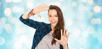 Adolescente bonito sonriente feliz que muestra las manos Imagen de archivo libre de regalías