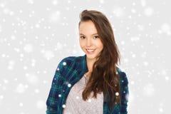 Adolescente bonito sonriente feliz sobre nieve Foto de archivo libre de regalías