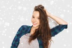 Adolescente bonito sonriente feliz sobre nieve Imagen de archivo