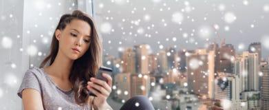 Adolescente bonito triste con mandar un SMS del smartphone Imágenes de archivo libres de regalías