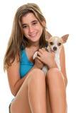Adolescente bonito y su pequeño perro de la chihuahua Foto de archivo