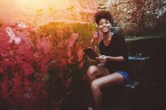 Adolescente brasileño feliz sonriente con el cojín digital Foto de archivo libre de regalías