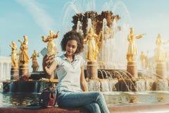Adolescente brasileño que usa el teléfono móvil para fotografiarse nea Imagen de archivo