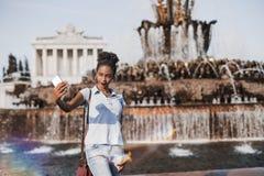 Adolescente brasileño que usa el teléfono móvil para fotografiarse nea Fotografía de archivo