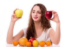 Adolescente brillante con las manzanas a disposición Imagenes de archivo