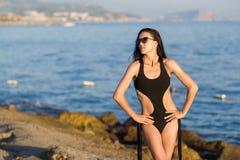 Adolescente bronceada lindo en la playa de la puesta del sol Imágenes de archivo libres de regalías