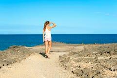 Adolescente bronceado hermoso joven que camina en Océano Atlántico co Imagenes de archivo
