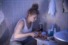 Adolescente bulímico hambriento Foto de archivo libre de regalías