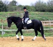 Adolescente, caballo y cruz Fotografía de archivo