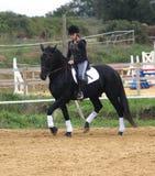 Adolescente, caballo y cruz 2 Foto de archivo libre de regalías