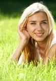Adolescente cabelludo rubio en campo Fotos de archivo