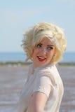 Adolescente cabelludo rubio imponente en la playa Fotografía de archivo libre de regalías