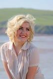 Adolescente cabelludo rubio imponente en la playa Foto de archivo