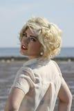 Adolescente cabelludo rubio imponente en la playa Fotos de archivo