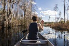 Adolescente canoeing en pantano del ciprés Fotos de archivo libres de regalías