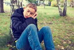 Adolescente cansado al aire libre Fotos de archivo