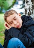 Adolescente cansado al aire libre Foto de archivo