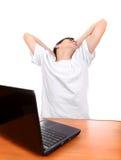 Adolescente cansado con el ordenador portátil Foto de archivo libre de regalías