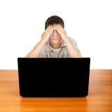 Adolescente cansado con el ordenador portátil Fotos de archivo